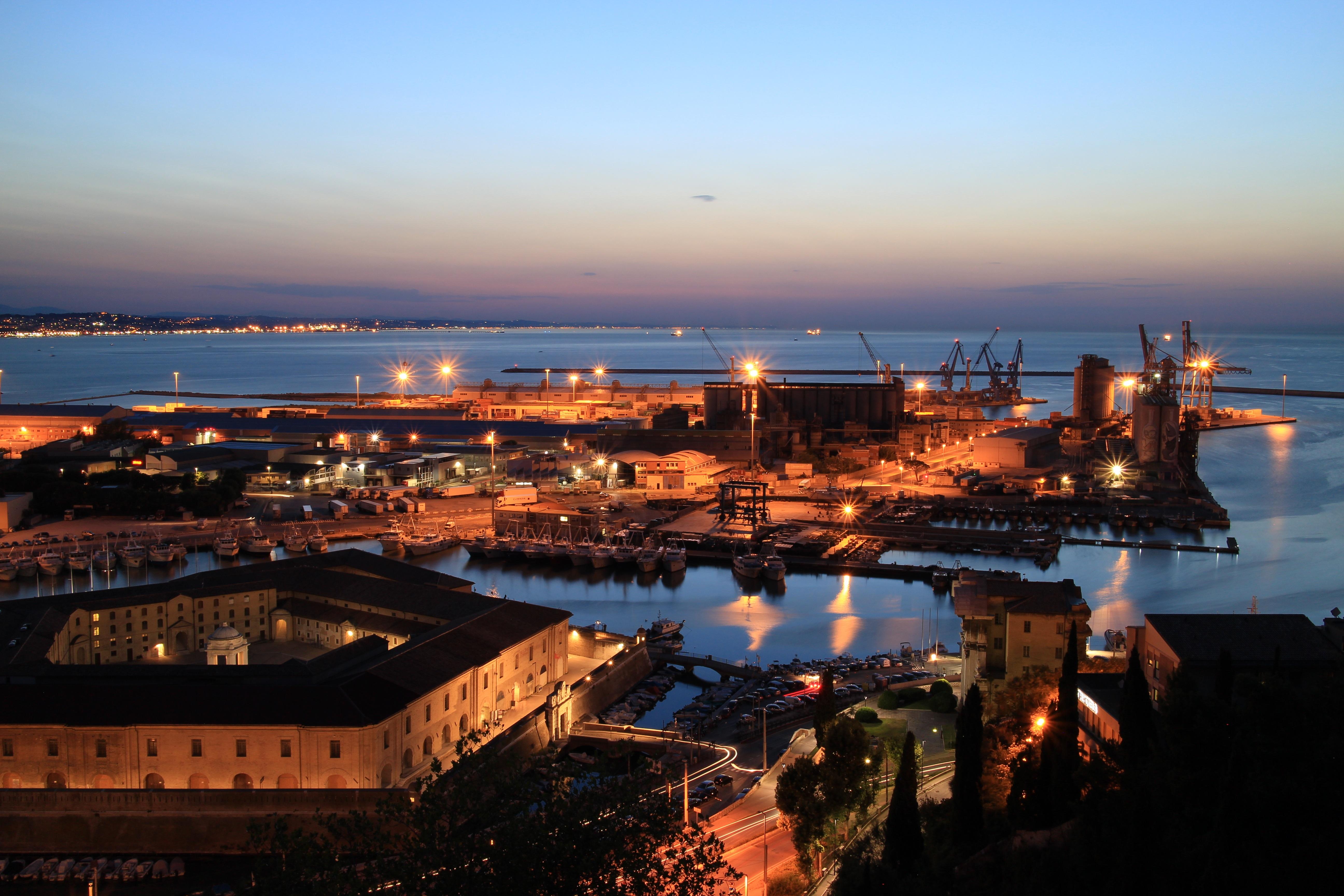 Ancona - Il porto di notte